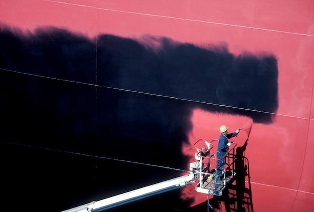Bouwvakker op verhoogde platform spray schilderij muur