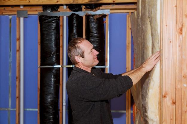 Bouwvakker thermisch isolerende huis zolder met glaswol