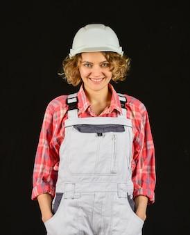 Bouwvakker. vrouwenbouwer in veiligheidshelm. meisjesingenieur of architect. renovatie van het huis. dame bij bouwwerf. magazijn vrouw werknemer. kwaliteitsinspecteur. bouw baan beroep.