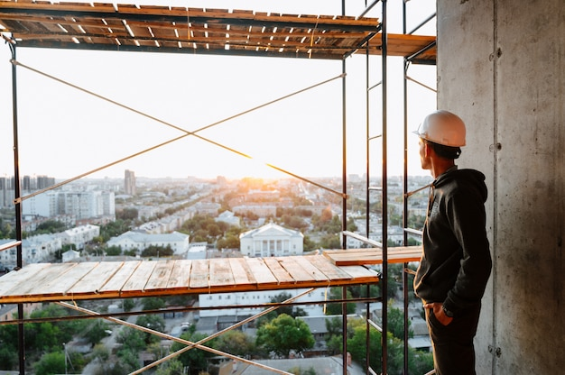 Bouwvakkerbouwer binnen in aanbouw de bouw