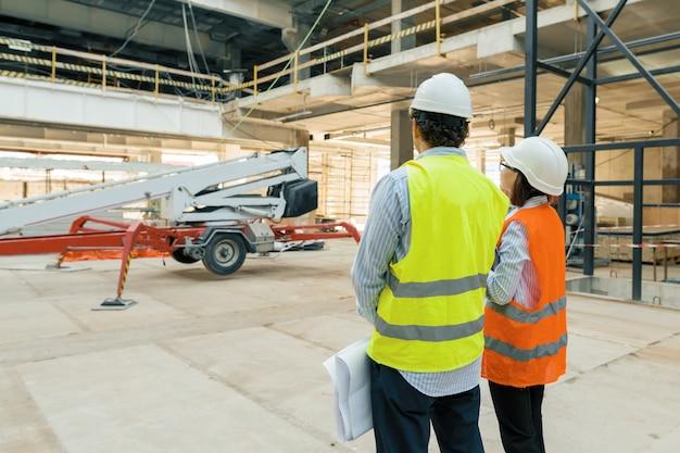 Bouwvakkers die bij bouwwerf werken