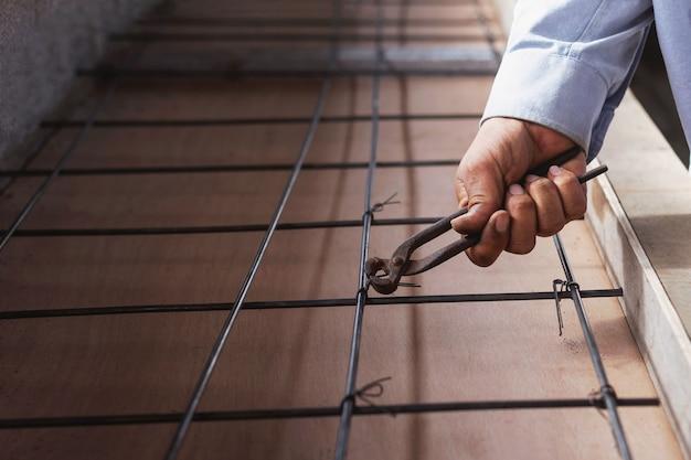 Bouwvakkers die het met staal versterkte beton binden.