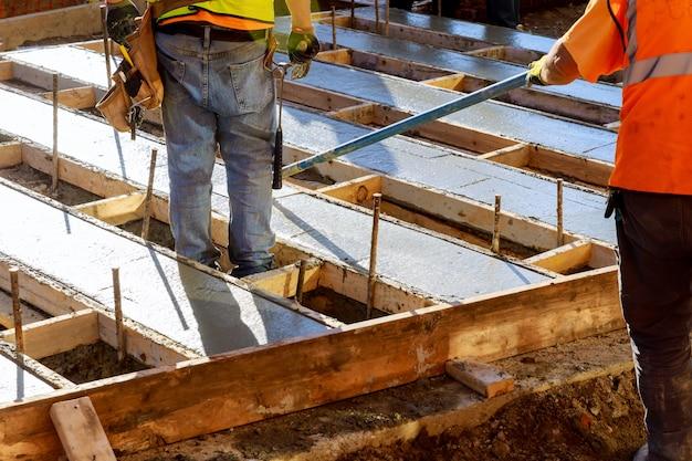 Bouwvakkers gieten beton om wegen te bouwen. betonnen wegenbouw