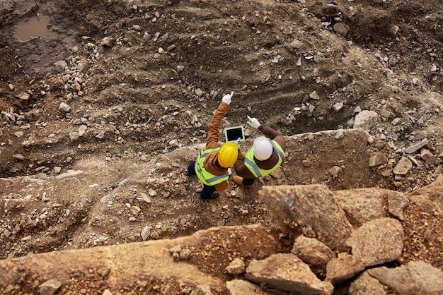 Bouwvakkers inspecteren site