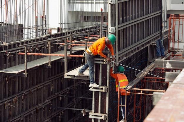 Bouwvakkers werken aan hoge gebouwen