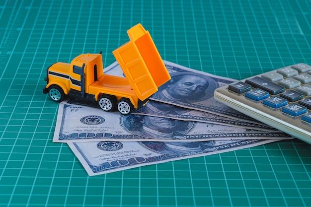 Bouwvoertuig op het geld van het dollarbankbiljet. financieel begrip.