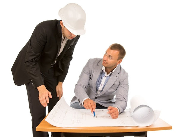 Bouwvoorman en architect bespreken een plan