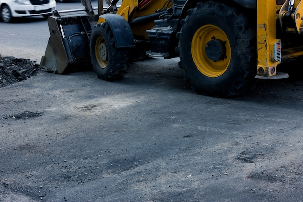 Bouwwerkzaamheden op de weg. gele bulldozer. copyspace