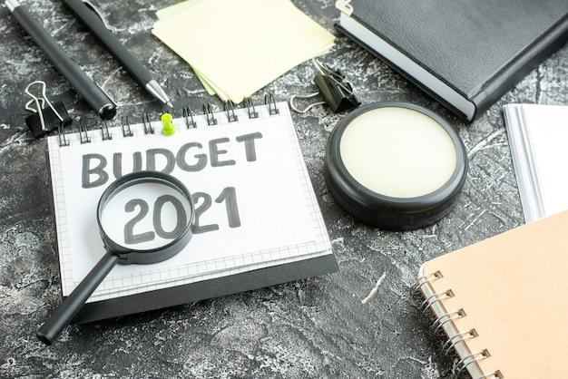 Boven de nota van de meningsbegroting met meer magnifier op donkere achtergrond