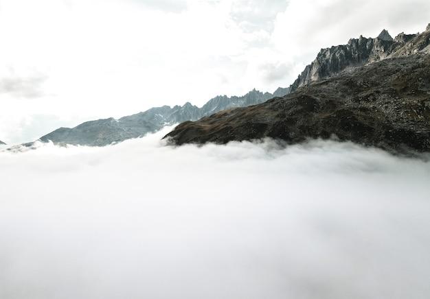 Boven de wolken drone geschoten in zwitserse alpen