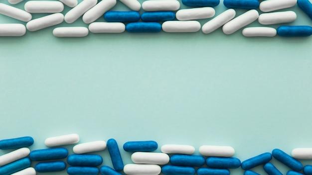 Boven- en onderrand gemaakt met capsulesuikergoed op gekleurde achtergrond