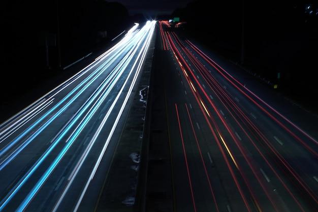 Boven geschoten van een wegweg met auto lichte snelheidspaden