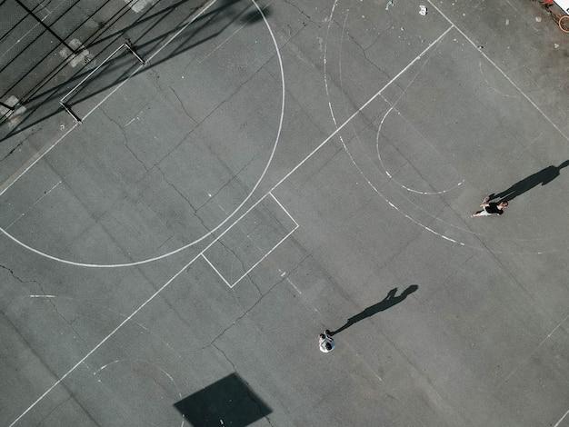 Boven geschoten van mensen die basketbal in openlucht spelen