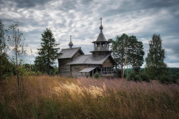 Boven het dorp manga in karelië, op een heuvel, staat een houten kapel van de geboorte van christus van de maagd, gebouwd in de 18e eeuw.