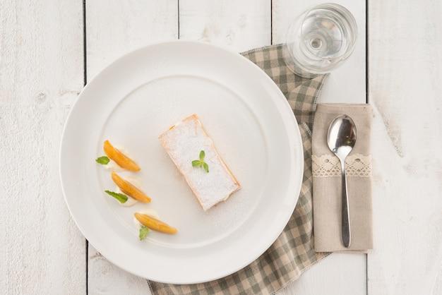 Boven het oog op een heerlijk dessert in de provence-achtige omgeving