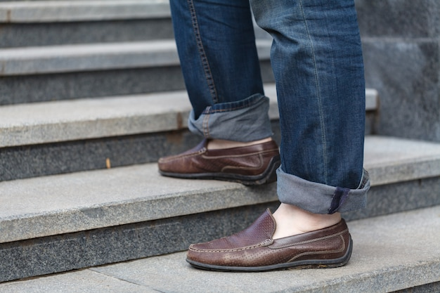 Boven lopen: close-up van leren schoenen voor mannen