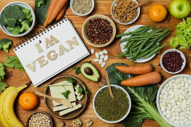 Boven meningsregeling met gezond voedsel op houten achtergrond