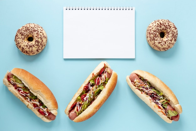 Boven weergave assortiment met hotdogs en blauwe achtergrond