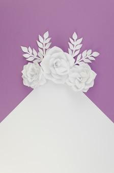 Boven weergave bloemen assortiment met paarse achtergrond