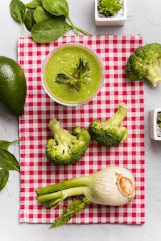 Boven weergave broccoli smoothie arrangement