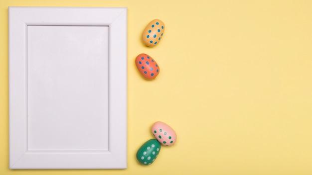 Boven weergave decoratie met pasen eten en wit frame