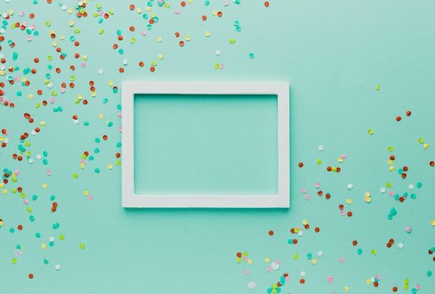 Boven weergave feestdecoratie met frame en groene achtergrond