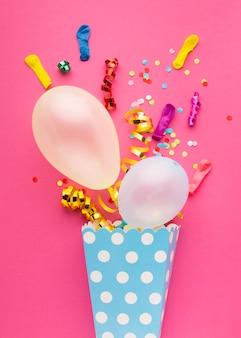 Boven weergave feestdecoratie met roze achtergrond