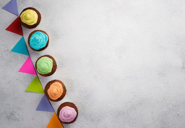 Boven weergave frame met muffins en witte achtergrond