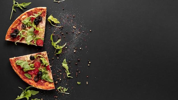 Boven weergave frame met pizza en zwarte achtergrond