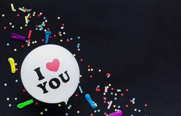Boven weergave frame met witte ballon en confetti