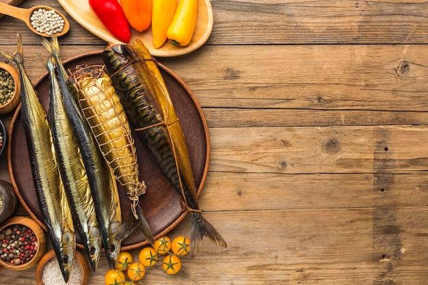 Boven weergave gerookte vissen op houten tafel