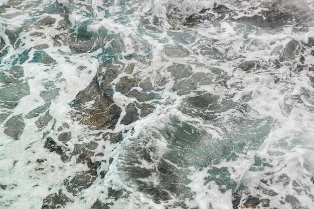 Boven weergave golven op rotsachtige kust