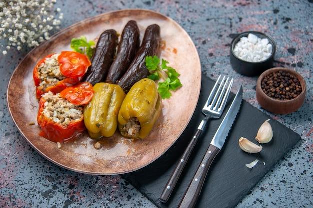 Boven weergave heerlijke plantaardige dolma maaltijd gevuld met gehakt op blauwe achtergrond