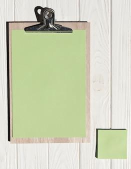 Boven weergave klembord op houten achtergrond