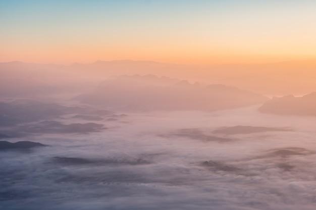 Boven weergave kleurrijke hemel met wolken bij zonsopgang