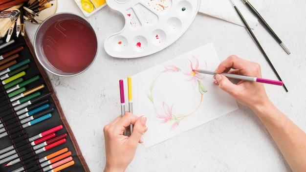 Boven weergave kunst bureau concept met tekening