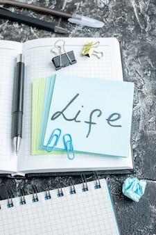 Boven weergave leven geschreven notitie met voorbeeldenboek op grijze ondergrond team kleur baan foto bedrijf kantoor werk school college kladblok