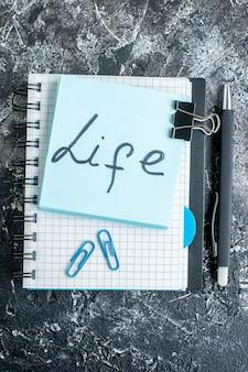 Boven weergave leven geschreven notitie op grijze ondergrond school kleur baan college kantoor business team foto werk