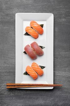 Boven weergave rauwe vis op plaat Gratis Foto