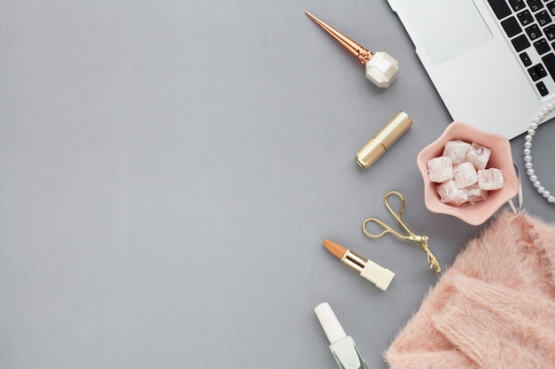Boven weergave regeling met schoonheidsproducten op grijze achtergrond