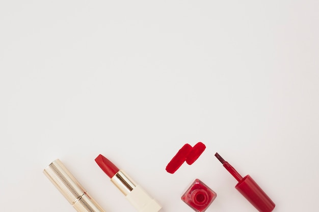 Boven weergave rode lippenstift en nagellak met kopie-ruimte