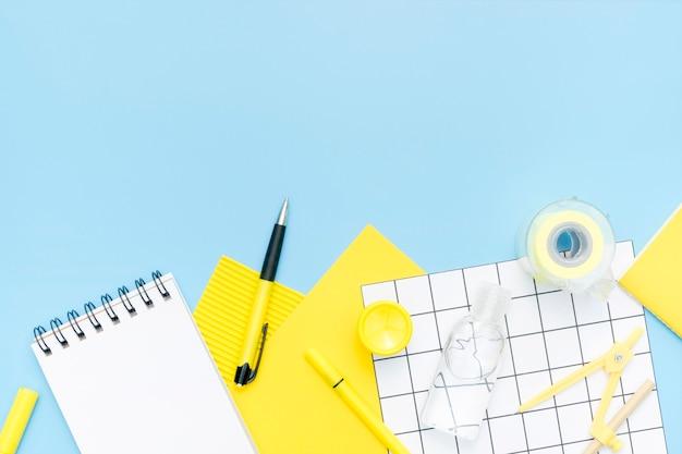 Boven weergave school items op blauwe achtergrond