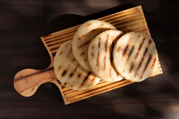 Boven weergave smakelijke arepa's op houten bord