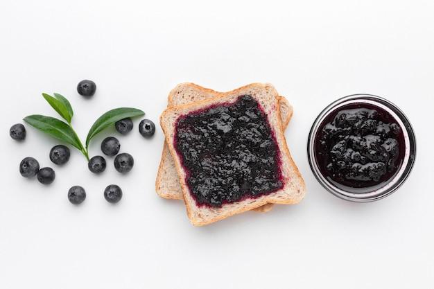 Boven weergave smakelijke jam op brood