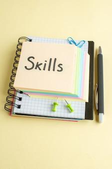 Boven weergave vaardigheden geschreven notitie met kleurrijke aantekeningen op papier op lichte achtergrond