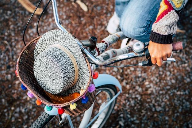 Boven weergave van gekleurde trendy accessoires en vrouw mensen rijden op een blauwe fiets