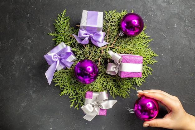 Boven weergave van kleurrijke geschenken en decoratieaccessoires op donkere achtergrond