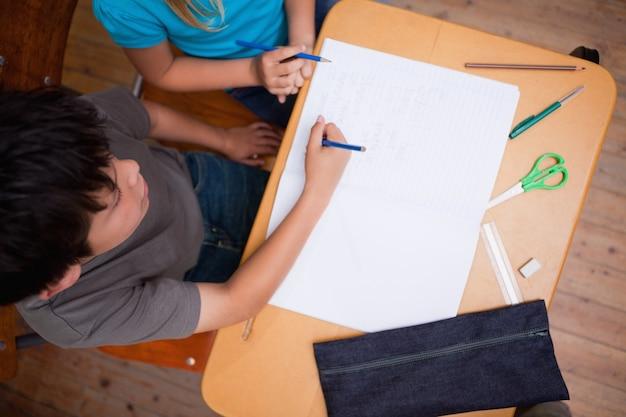 Boven weergave van leerlingen die samenwerken