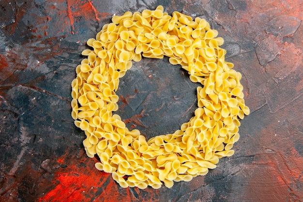 Boven weergave van vlinder pasta op gemengde kleur tabel hoge resolutie stock foto