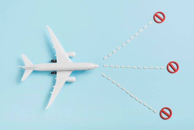 Boven weergave vliegtuig speelgoed op blauwe achtergrond